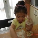 zeynep-yemek-yapıyor (4)